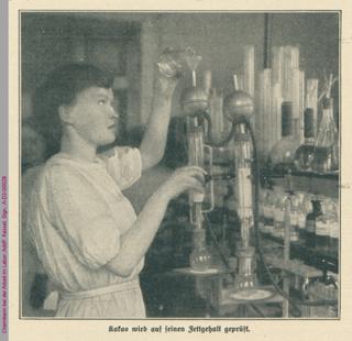 Chemikerin bei der Arbeit im Labor