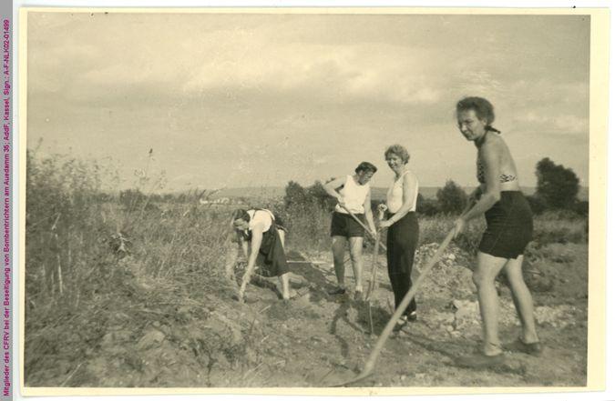 Mitglieder des CFRV bei der Beseitigung von Bombentrichtern am Auedamm 35