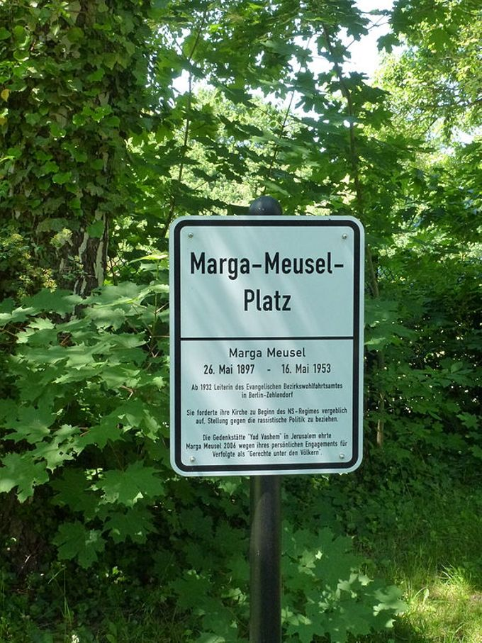 Schild am Margarete Meusel Platz in Zehlendorf