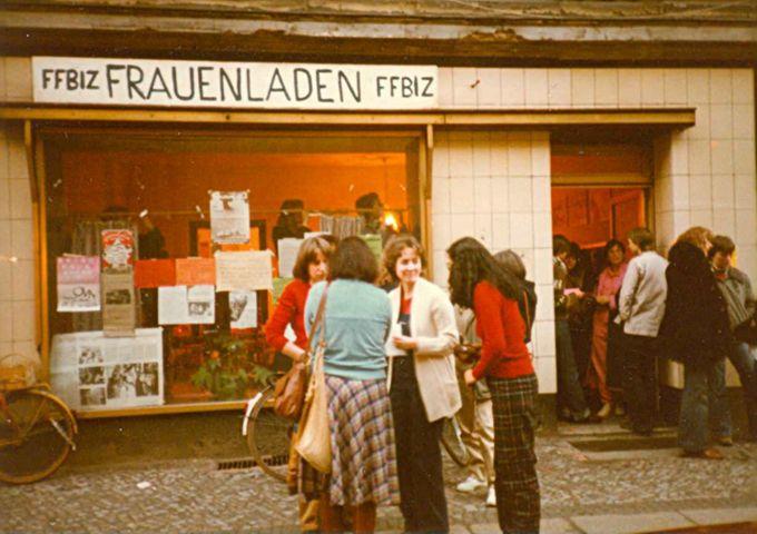 Mitarbeiterinnen und Gäste vor dem FFBIZ