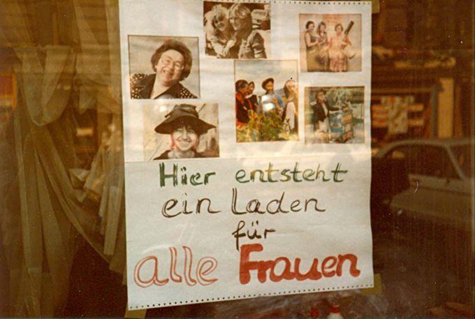Plakat an Schaufensterscheibe