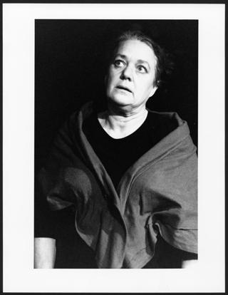 """Ingund Mewes in: """"Die Töchter der Hexen"""", nach oben schauend (Piccolo-Theater Köln)"""