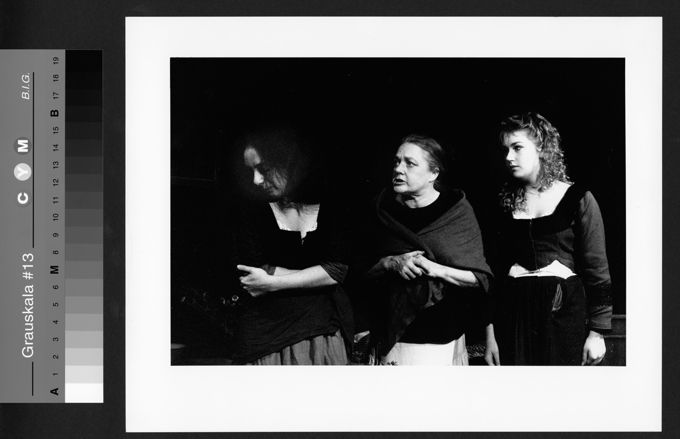 """Ingund Mewes und ihre Töchter Dorothe Mewes (li) und Christine Wolff-Mewes (re) in: """"Die Töchter der Hexen"""" (Piccolo-Theater Köln)"""