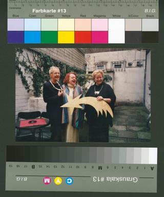 """Verleihung des """"Inge-von-Bönninghausen-Preis 'Sternschnuppe'"""" an die Theatermacherin und Schauspielerin Ingund Mewes; links die Namensgeberin Inge von Bönninghausen, rechts Die Juryvorsitzende Frauke Mahr"""