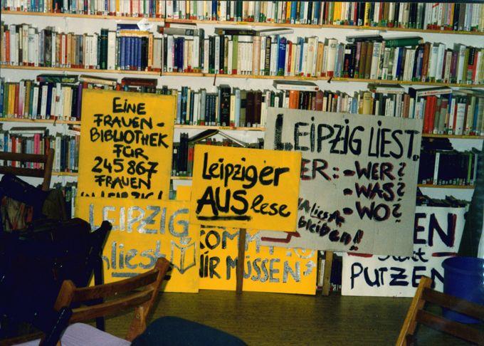 "Protestaktionen (Demoschilder, ""Aktion Bücherrückgabe"", Dokumentationsmappe (gek / Seite 1"