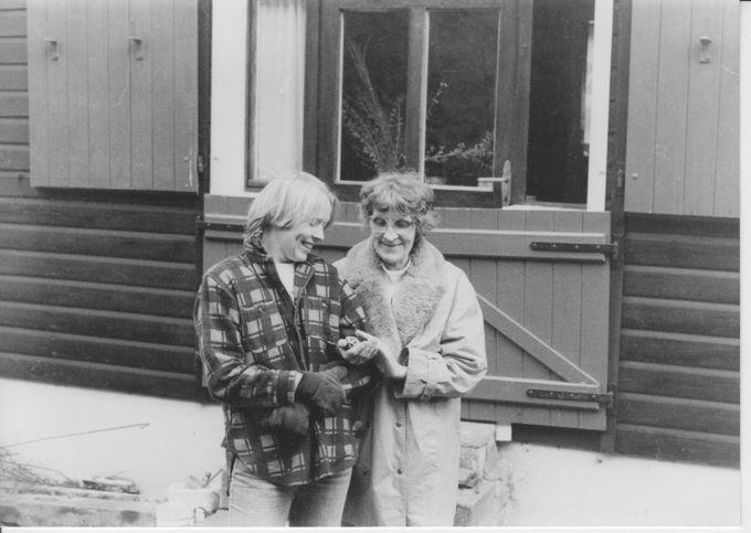 Alt und Jung(-lesbe) bei der Gartenarbeit